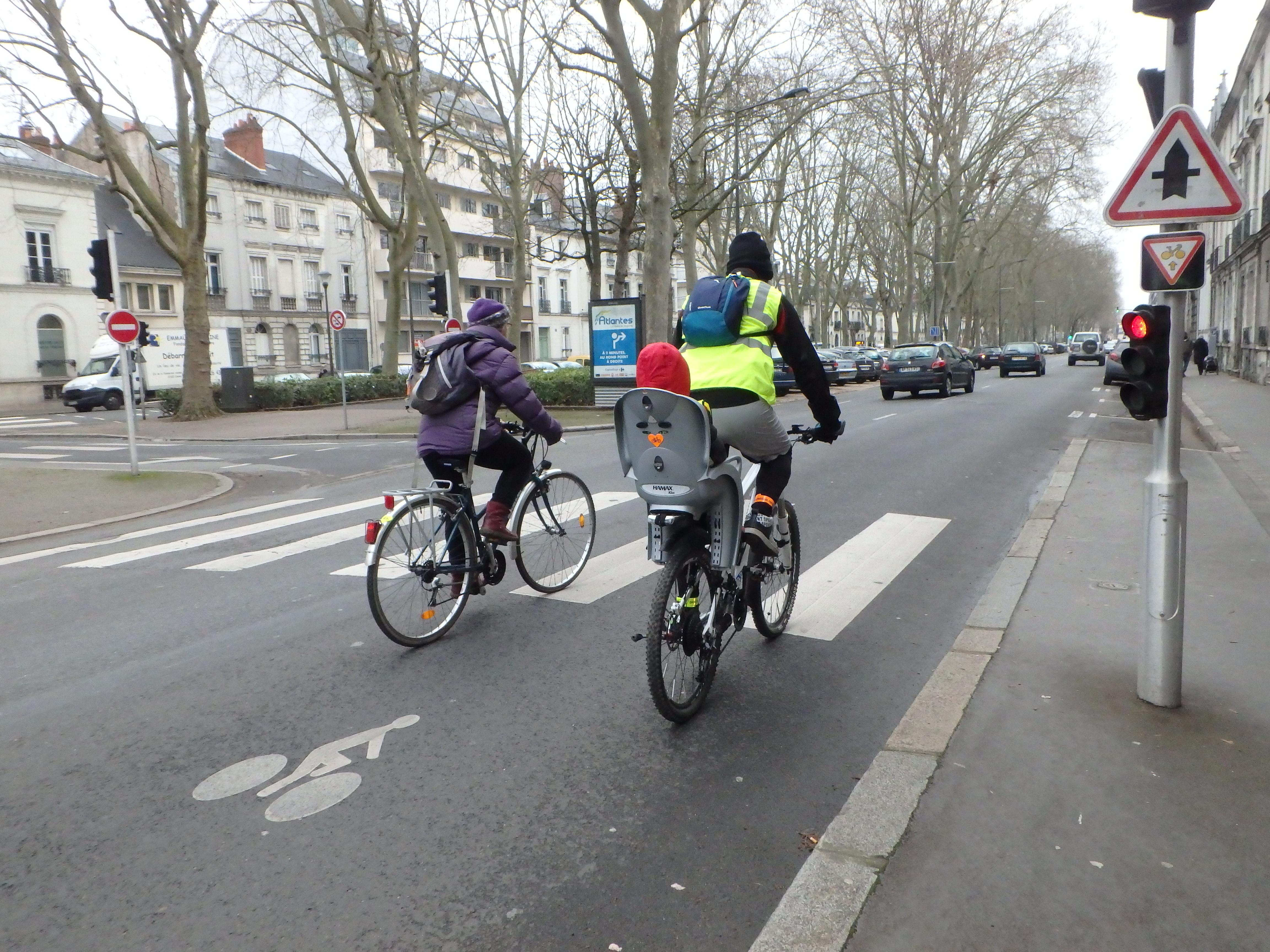 Cédez-le-passage cycliste au feu boulevard Heurteloup à Tours