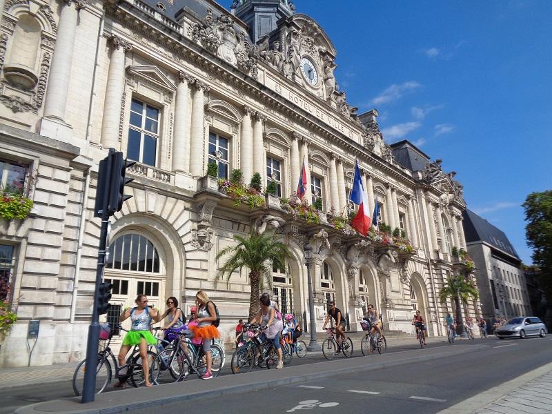 Cyclistes devant l'Hôtel de ville de Tours, septembre 2018.