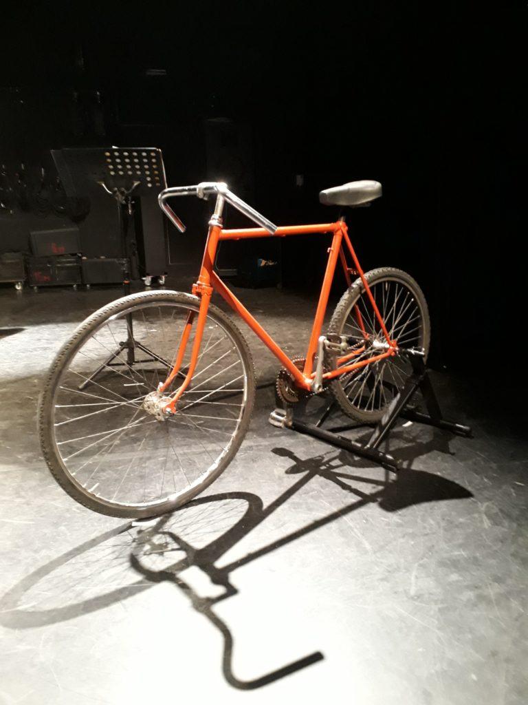 Le vélo, désormais réparé grâce au Collectif Cycliste 37, est maintenant sur scène et fera son premier spectacle dimanche 9 septembre !