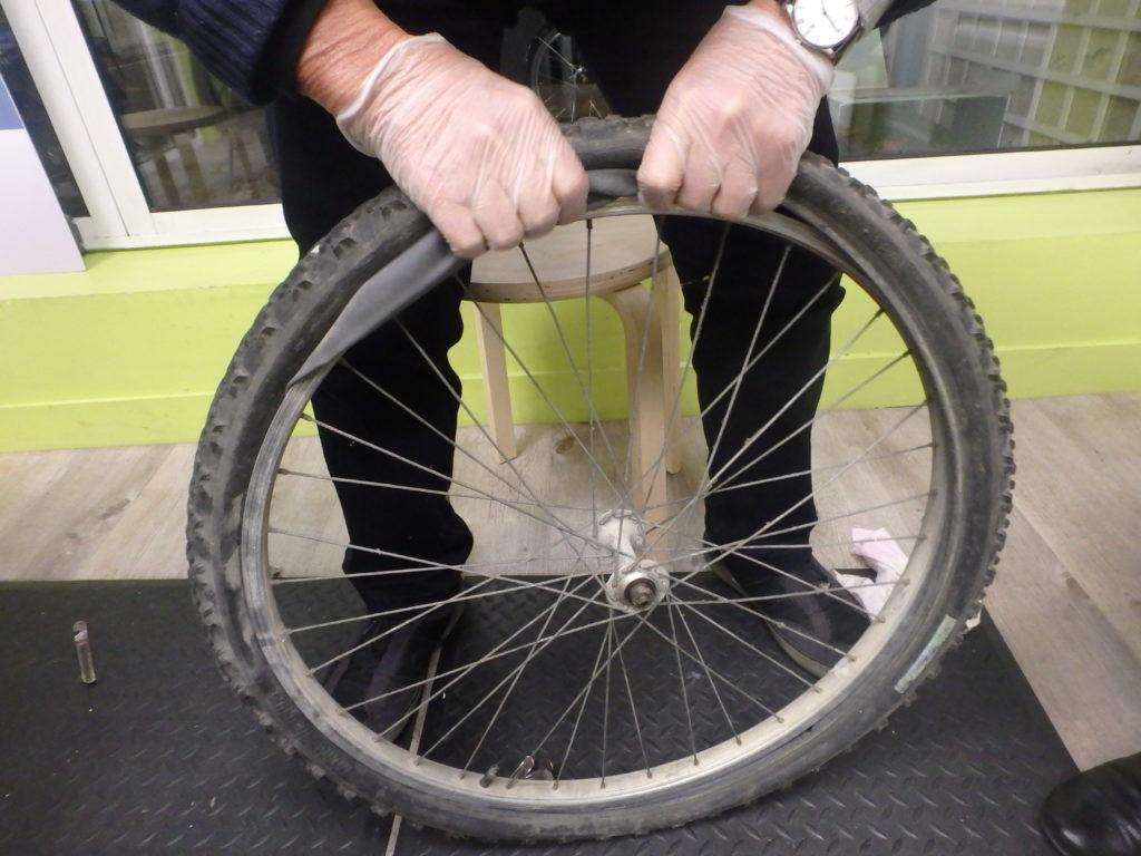 """Formation mécanique vélo de base """"Savoir réparer une crevaison""""à l'Accueil Vélo et Rando, Tours. @CC37"""