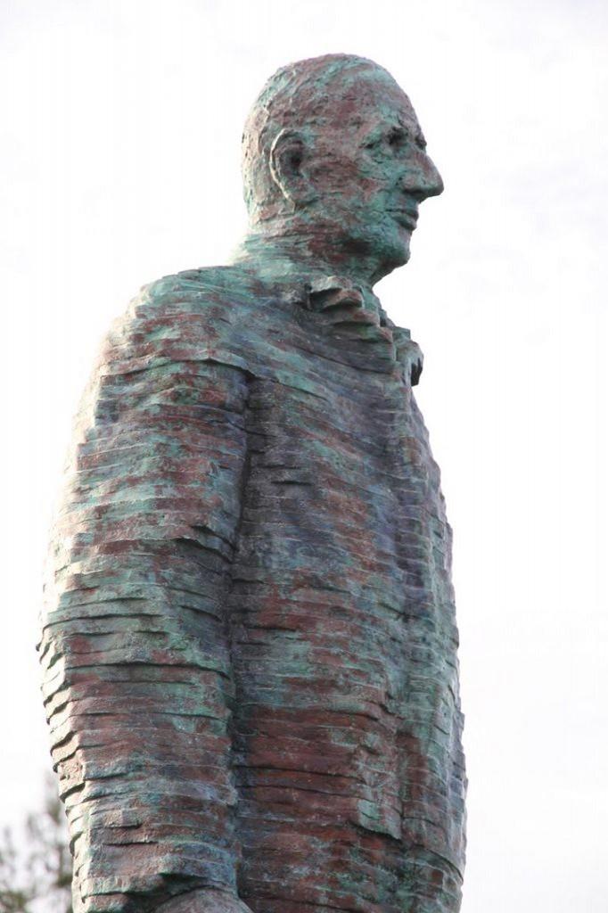 La statue du général De Gaulle, à Saint-Cyr-sur-Loire : une statue en bronze vert (2,40 m de haut, 500 kg) œuvre de l'artiste Michel Audiard.