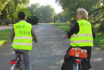 Les débuts de la vélo-école du Collectif Cycliste 37 sur la base de cours individuels dans des parcs et jardins de l'agglomération tourangelle. Ici, Agnès avec une élève dans le parc de la Rabière, à Joué-lès-Tours au début des années 2010.