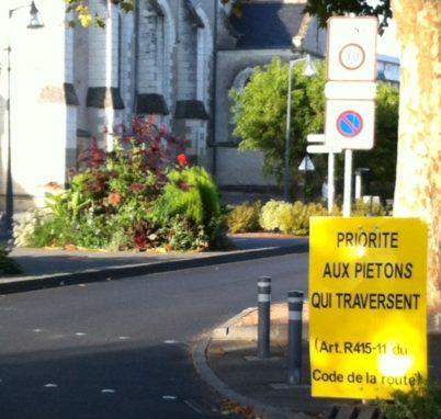 La ville de La Riche a dû ajouter un panneau explicite pour rappeler aux automobilistes que le piéton qui traverse est prioritaire