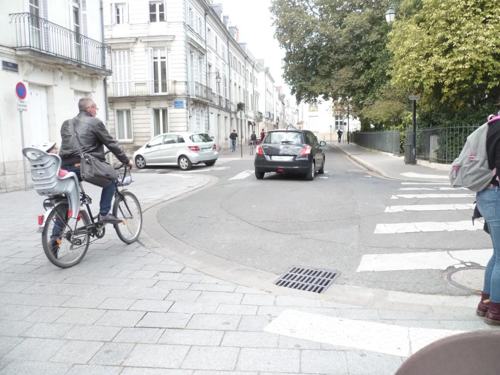 Vélo circulant dans le centre ville de Tours