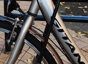 Antivol en U attachant le cadre du vélo, la roue avant à un arceau vélo (point fixe). @CC37