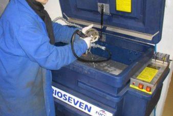 La fontaine de dégraissage biologique du CC37 permet de venir à bout des pièces les plus encrassées sans utilisation d'hydrocarbures nocifs (acétone, essence, etc.)