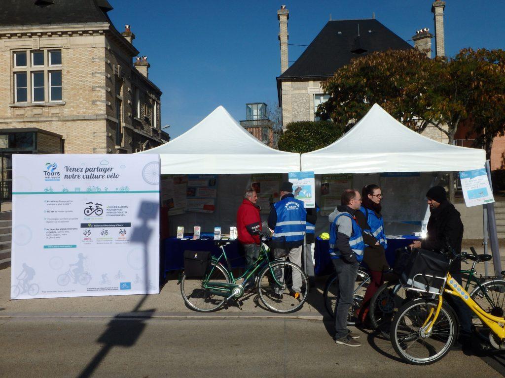 Vue du stand Tours Métropole Val de Loire/Collectif Cycliste 37 devant l'hôtel de ville de Saint-Pierre-des-Corps.