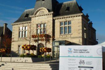 Vue partielle du stand Tours Métropole Val de Loire/Collectif Cycliste 37 devant l'hôtel de ville de Saint-Pierre-des-Corps.
