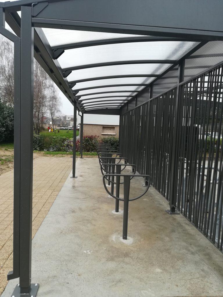 Abris vélo sécurisé devant la gare SNCF de Saint-Pierre-des-Corps. @CC37 - photo David Sellin
