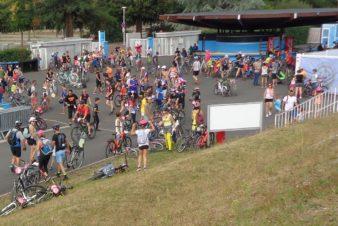 Passage des participants de la première édition de Vélotour (2018) au stade des Rives-du-Cher, à Tours. @CC37