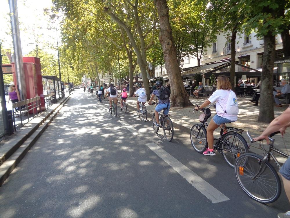 Groupe de cyclistes place Jean Jaurès à Tours. @CC37, 2018.