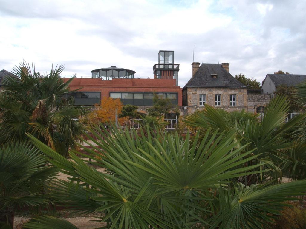 Vue de la bibliothèque municipale de Saint-Pierre-des-Corps depuis le square Line Porcher. @CC37
