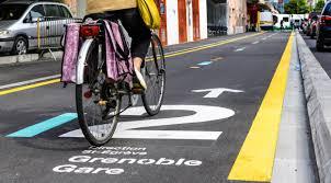 Chronovélo est le nouveau réseau cyclable structurant de la Métropole de Grenoble. Lancé en juin 2017, il sera composé à l'horizon 2020 de 4 axes totalisant 40 km de liaisons cyclables entre les communes de la Métropole. @Grenoble-Alpes-Métropole.