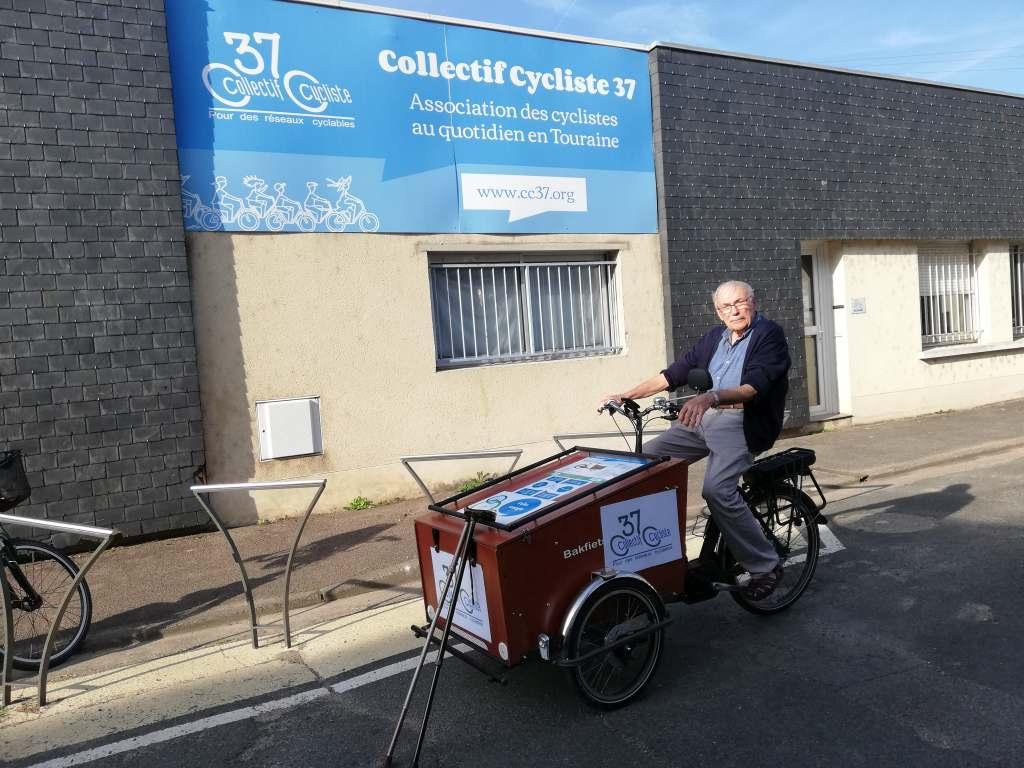 Jean pilotant le tout nouveau vélo-cargo du Collectif Cycliste 37.