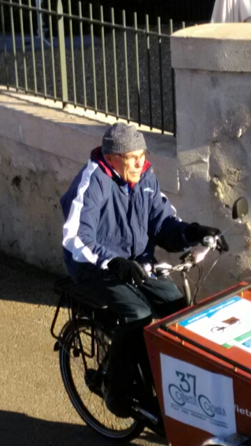 Jean pilotant le tout nouveau vélo-cargo du Collectif Cycliste 37 dans le quartier Beaujardin à Tours.