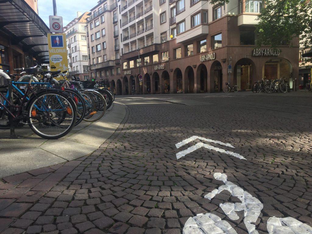 Signalisation au sol d'une vélorue à Strasbourg. (Photo RG / Rue89 Strasbourg)