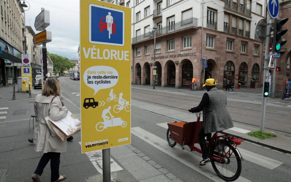 Rue de la Division-Leclerc, à Strasbourg : la première vélorue voit le jour le 12 mai 2017 dans l'emblématique capitale française des déplacements à vélo.