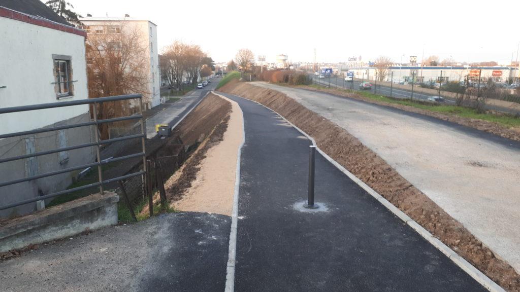 Tours : la nouvelle rampe de Rochepinard/Beaujardin : le haut de la rampe et la vue sur l'A10 et les Atlantes.