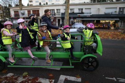 En Normandie, un vélo-bus de ramassage scolaire… où les enfants pédalent !