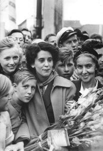 Raymonde Dien à Berlin-Est, en août 1951. @Bundesarchiv Bild 183-11500-0846, Berlin, III. Weltfestspiele, Eröffnungsfeier, Raymonde Dien.