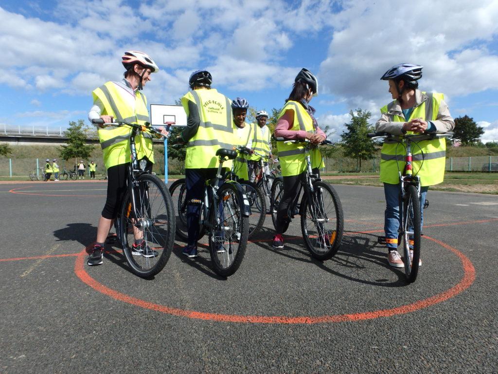 Des élèves de la vélo-école à l'exercice : arrêt de précision à plusieurs dans un cercle. ©CC37 - photo Fabien Frugier