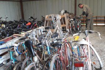 Les vélos donnés par les Tourangeaux dans leur nouveau lieu de stockage.