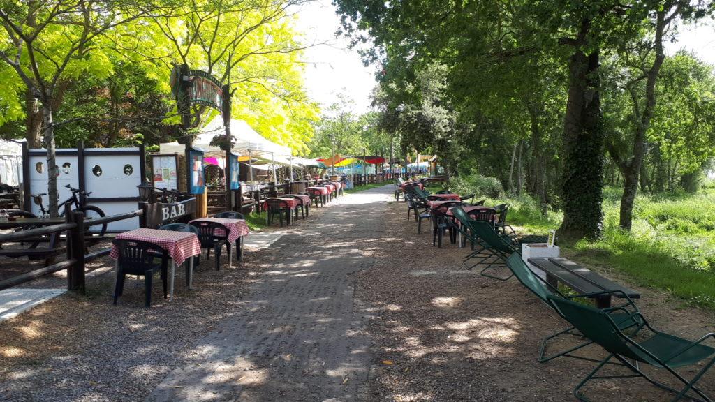 Des tables et chaises de part et d'autre de la voie verte des bords de Loire au niveau de la Guinguette de Rochecorbon : une occupation abusive ? @CC37 - photo Benoît Bourdache