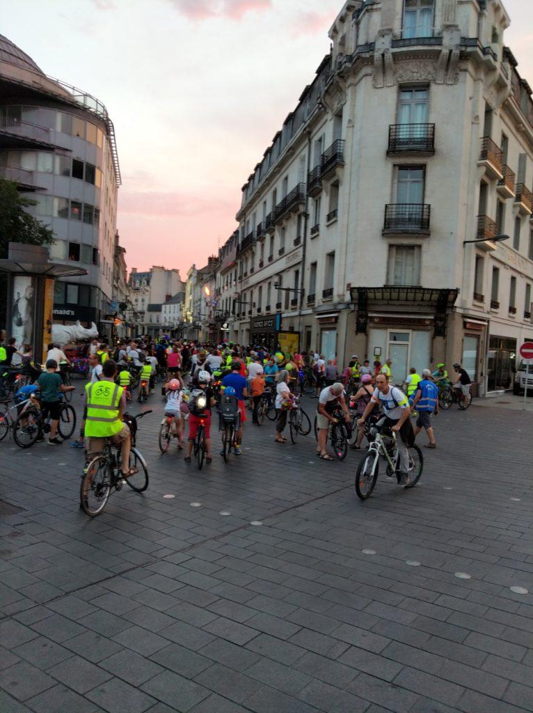 Le cortège de la balade des Lucioles s'engage dans la rue de Bordeaux à Tours, samedi 6 juillet 2019. @CC37 - photo Rémy Cote