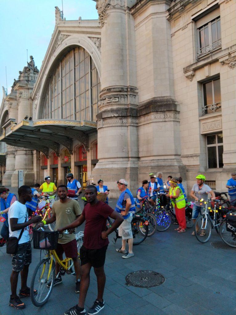 Le cortège de la balade des Lucioles devant la gare de Tours, samedi 6 juillet 2019. @CC37 - photo Rémy Cote