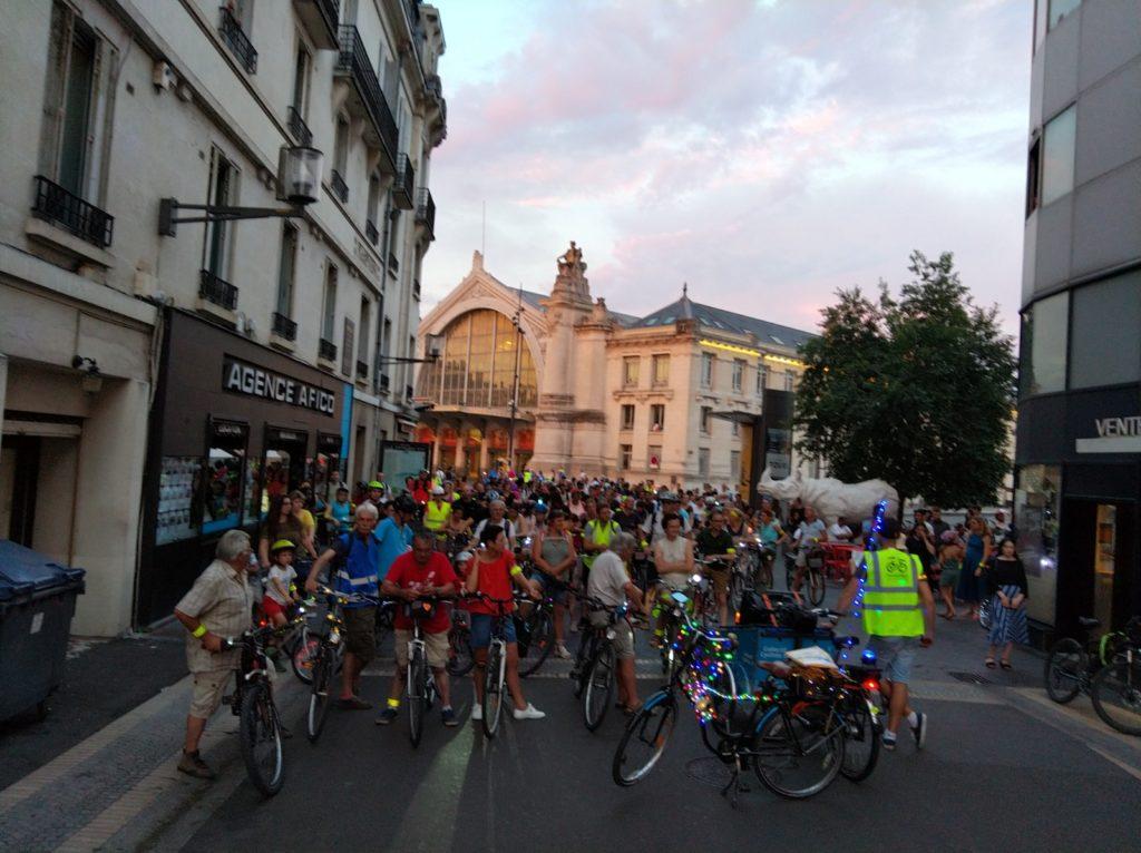 Le cortège de la balade des Lucioles rue de Bordeaux à Tours, samedi 6 juillet 2019. @CC37 - photo Rémy Cote