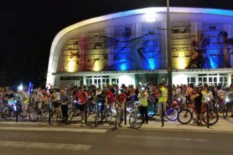 Le cortège de la balade des Lucioles devant le Palais des Sports de Tours, samedi 6 juillet 2019. @CC37 - photo Rémy Cote