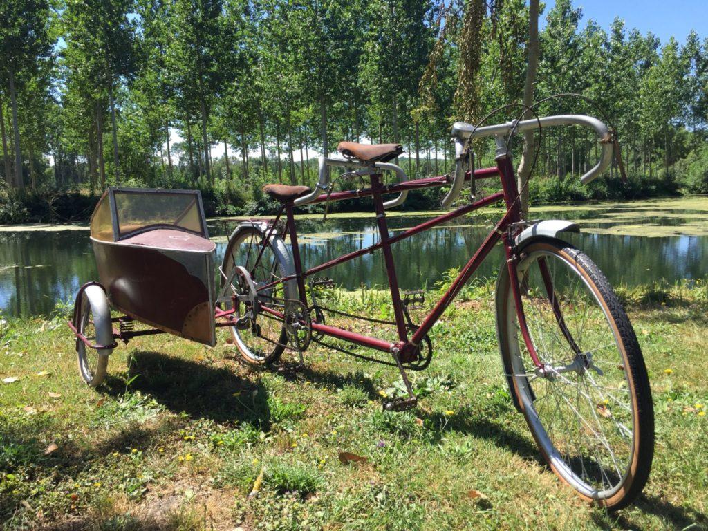 Vélo tandem Side-Car Baby Précision très rare photographié sur les bords de l'Indre. @Musée Maurice Dufresne, 2019.