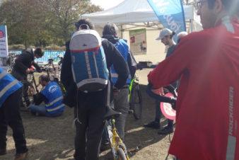 """Vélotour 2019, dimanche 6 octobre à Tours : ça se bouscule sur le stand """"petites réparations"""" tenu par le Collectif Cycliste 37 @CC37"""
