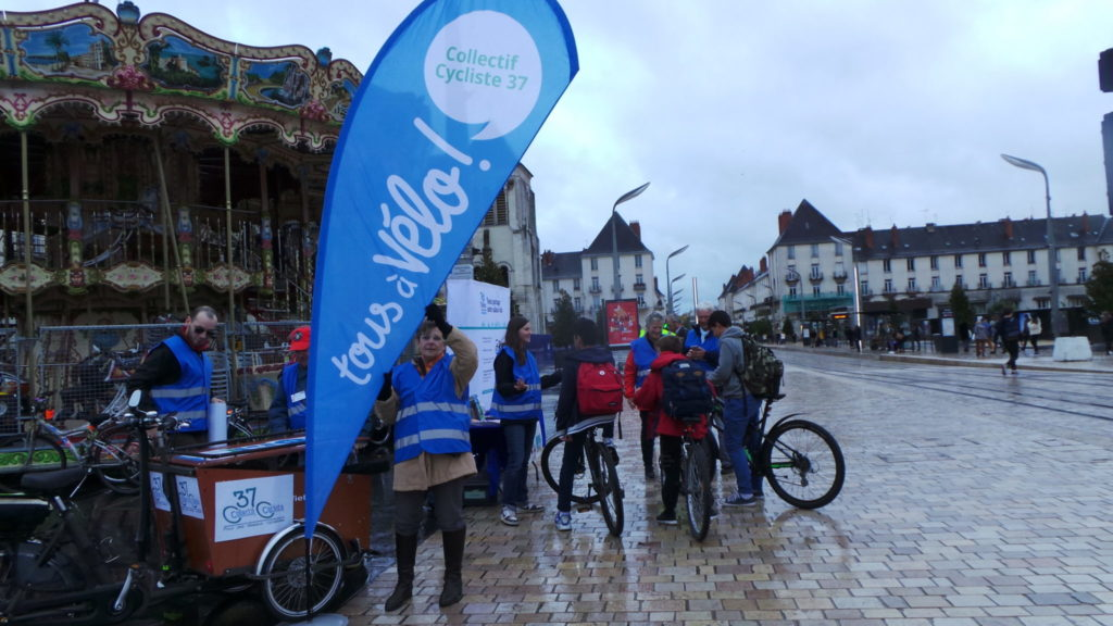 "Animations ""Cyclistes brillez !"", place Anatole France à Tours, novembre 2018. @CC37."