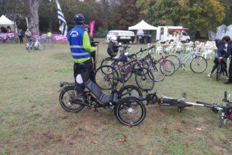 """Vélotour 2019, dimanche 6 octobre à Tours : on voit tous types de vélos sur le stand """"petites réparations"""" tenu par le Collectif Cycliste 37 @CC37"""