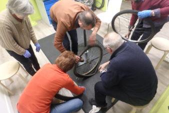 """Animation mécanique vélo """"Savoir réparer une crevaison""""à l'Accueil Vélo et Rando, Tours. @CC37"""