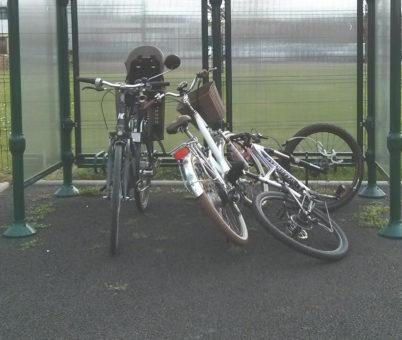 Chute de vélo staionnés sur support pince-roues