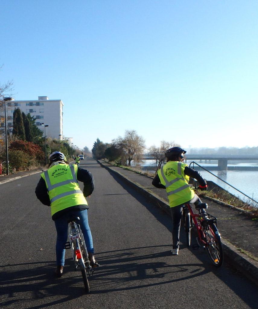 Cours de vélo-école pour adultes sur les bords du Cher, promenade de Florence à Tours. @CC37