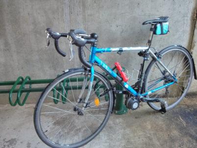 Vélo de route sur pince-roues