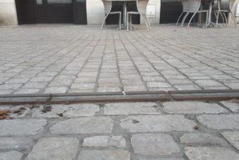 Avenue de Grammont, à Tours : bande podotactile au sol. @CC37