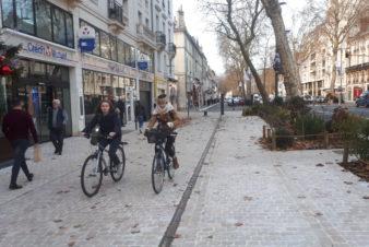 Avenue de Grammont, à Tours : vue du trottoir (à gauche) et du nouvel aménagement cyclable (à droite). Déjà des conflits d'usage... @CC37