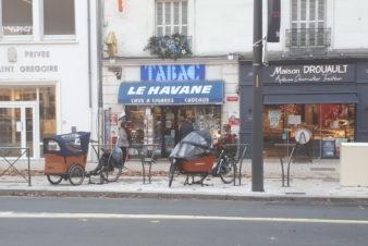 Avenue de Grammont, à Tours : deux vélo-cargos accrochés aux nouveaux arceaux à vélo. @CC37
