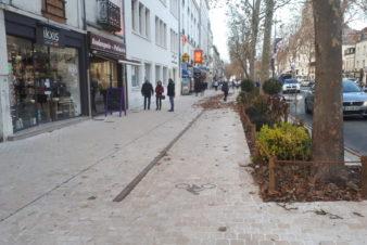 Avenue de Grammont, à Tours : vue du trottoir (à gauche) et du nouvel aménagement cyclable (à droite). @CC37