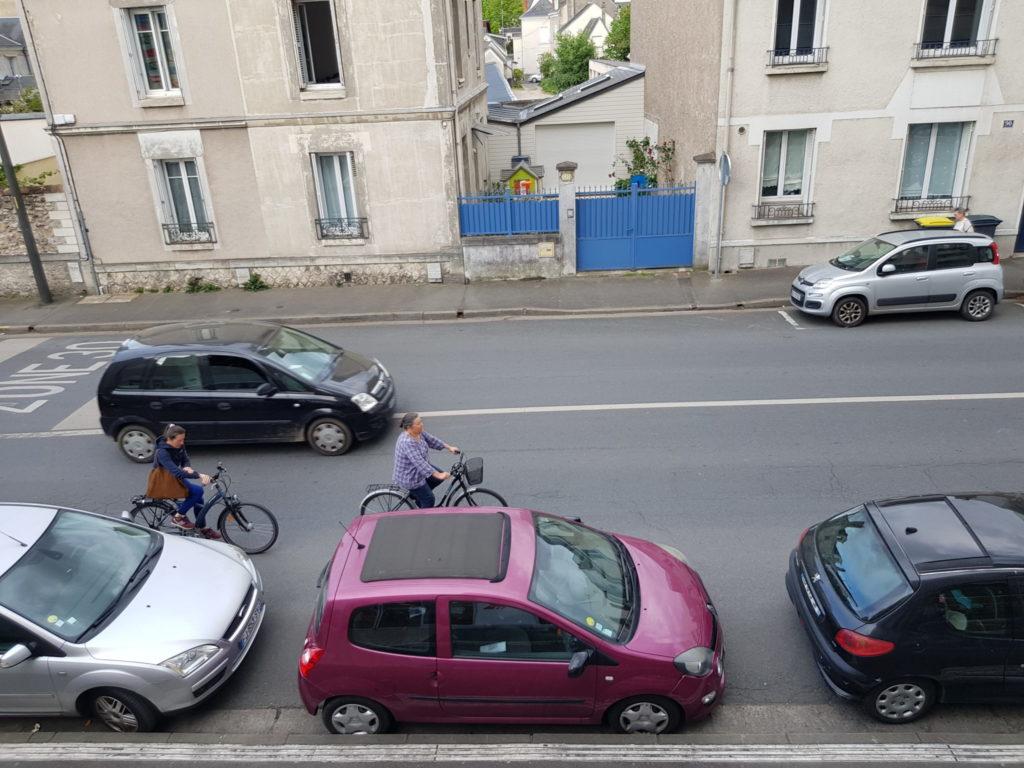 La rue Giraudeau à Tours, le 17 avril 2020 : au moins 10 de largeur de voirie laissée à la seule voiture individuelle... Photo : Collectif Cycliste 37.