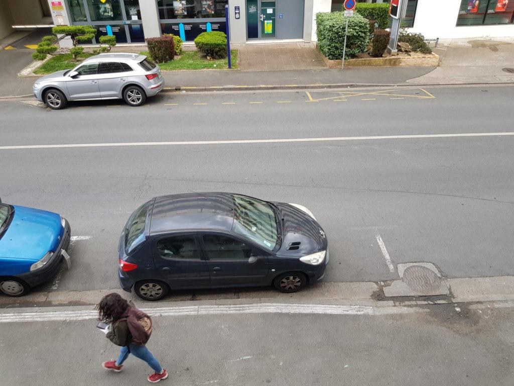 La rue Giraudeau à Tours, au moins 10 de largeur de voirie laissée à la seule voiture individuelle... Photo : Collectif Cycliste 37.