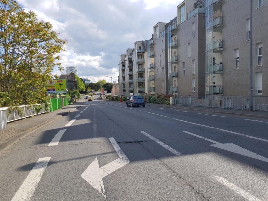 Rue Auguste Chevallier, à Tours : pont au-dessus des voies ferrées (lignes de Tours au Mans et de Tours à Saint-Nazaire) : largeur estimée au moins 10 m. Photo : Collectif Cycliste 37, le 17 avril 2020.
