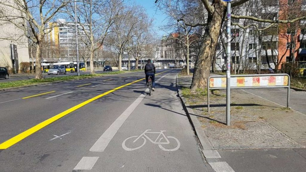 Berlin, Zossenerstrasse, élargissement d'une bande cyclable existante par neutralisation d'une voie de circulation (source RBB24 photo : Patrick Goldstein)