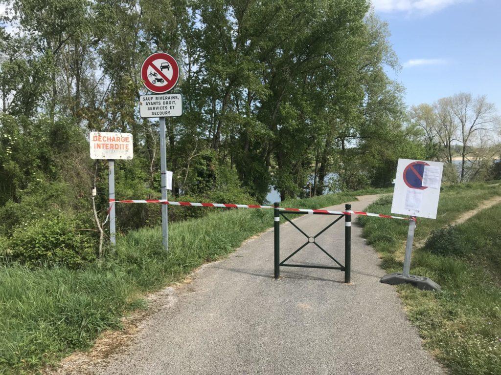 Fermeture de la Loire à vélo par des agents de l'Etat. Source : Préfecture d'Indre-et-Loire.