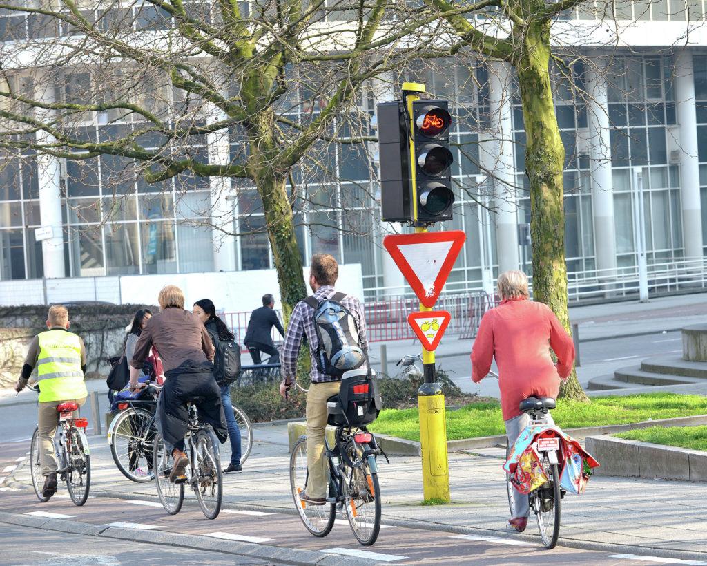 Gand : des cyclistes à proximité d'un feu tricolore équipé d'un cédez-le-passage cycliste au feu. © Copyright Stad Gent - photographe Patrick Henry.