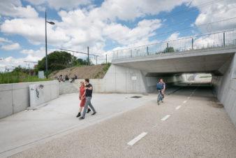 """Tunnel vélos de Dampoort destiné à faciliter le passage des piétons et des cyclistes sous la voie ferrée en supprimant ainsi une """"coupure urbaine"""". © Stad Gent - Christophe Vander Eecken"""